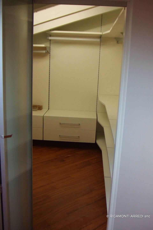 Sottotetto con cabina armadio e parete porta rigamonti for Arredo cabina armadio