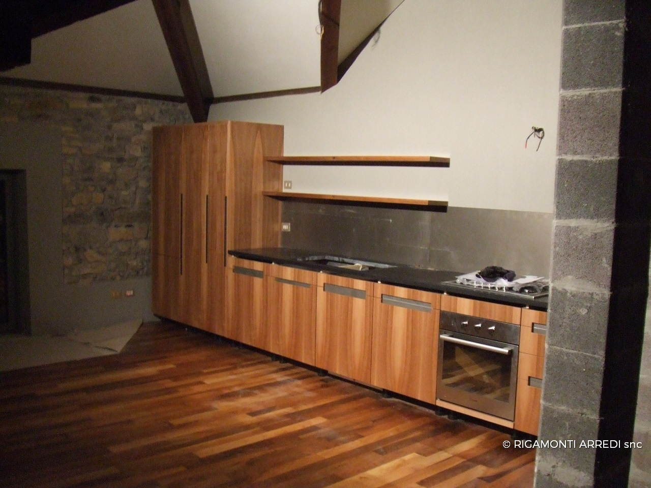 Cucina studiolo e ingresso in legno noce nazionale - Cucina bianca e noce ...